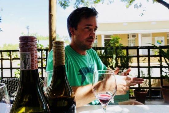 Martin Lamprecht van Marras licht zijn Grenache wijn toe